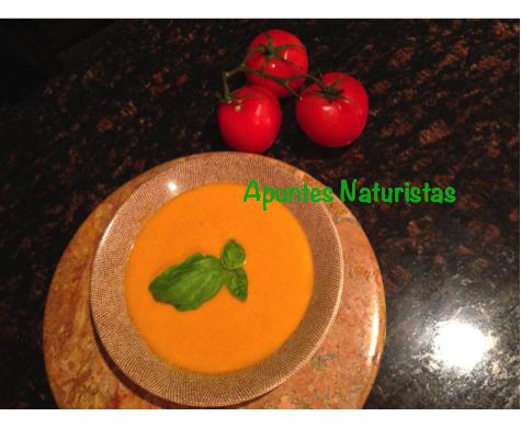 Plato con sopa de tomate